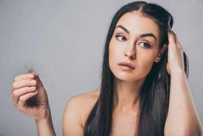 kobieta z wypadającymi włosami