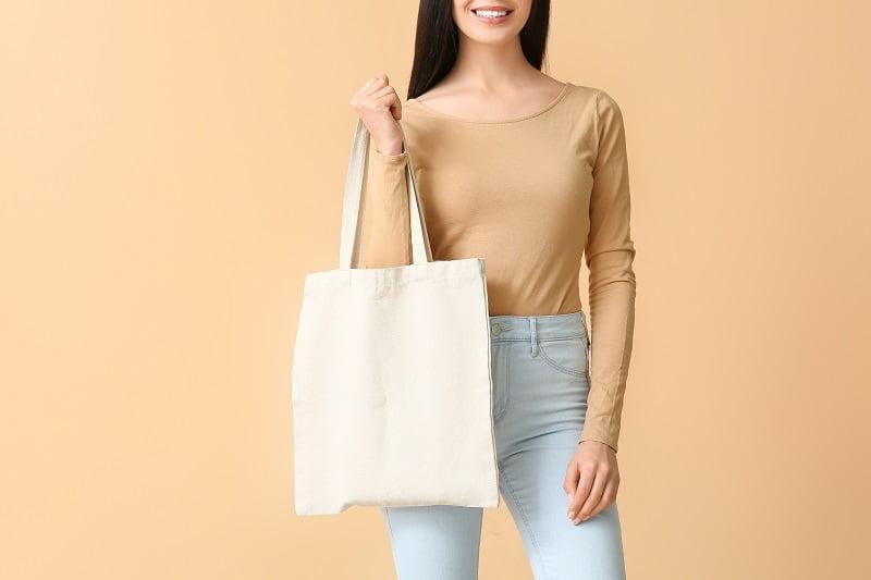 kobieta z eko torbą